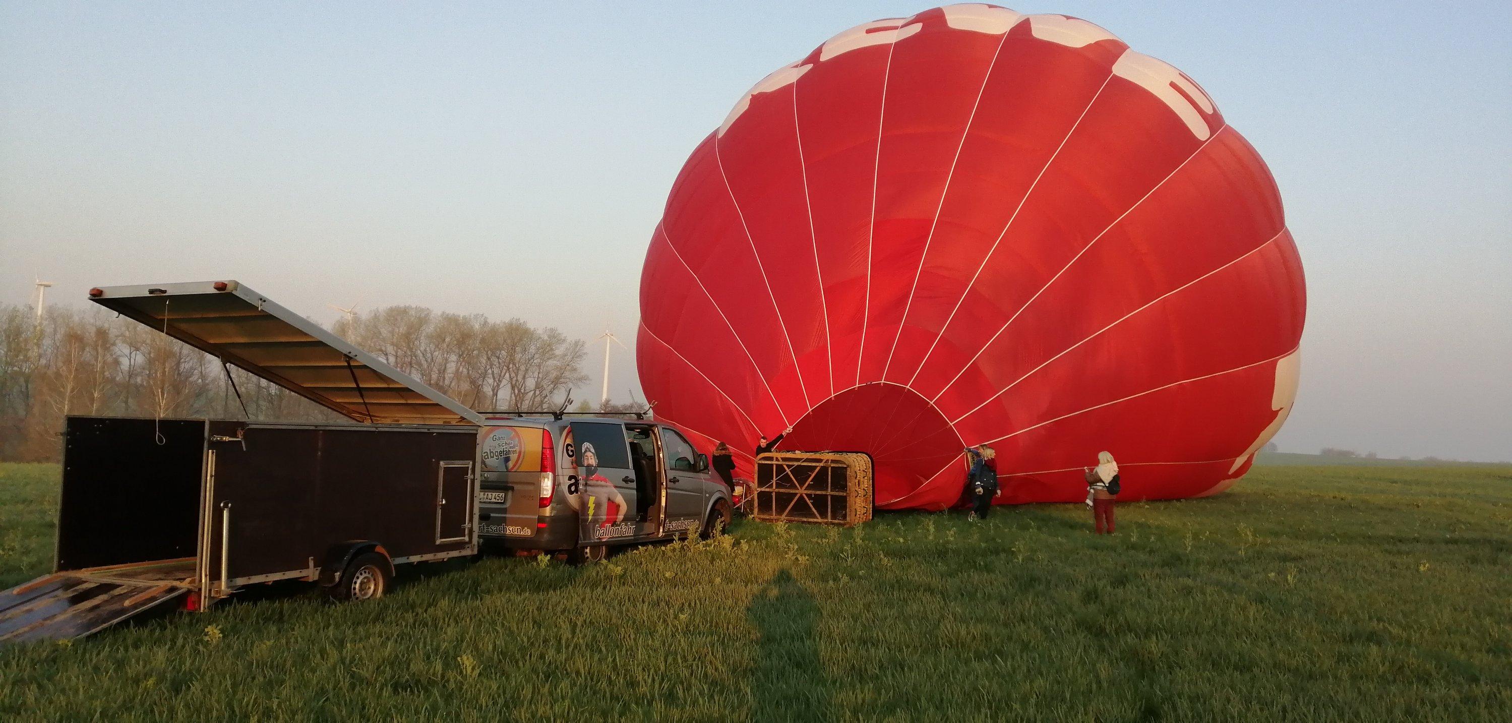 Aufbau Startvorbereitung für Ballonstart Sonnenaufgang in Döbeln. Ballonfahrt Sachsen Ballonscheune Ballonabenteuer Ballonfahrten Ronny Lorenz
