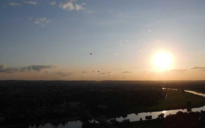 Abendfahrt-viele-Ballone-ueber-Dresden