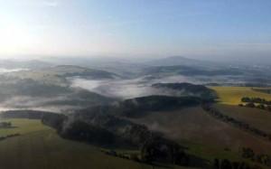 Sonnenaufgangsfahrt-Morgendunst-Erzgebirge